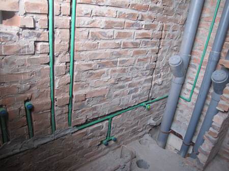 Thi công hệ thống điện nước ngầm cho nhà dân.